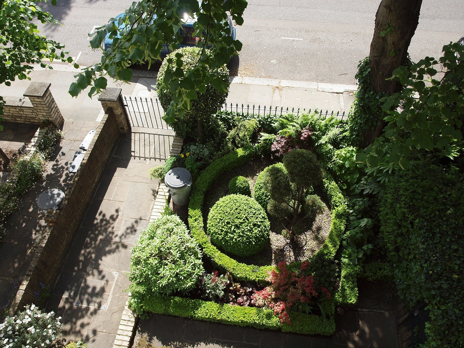The view from the first floor reveals a modern take on a traditional parterre.